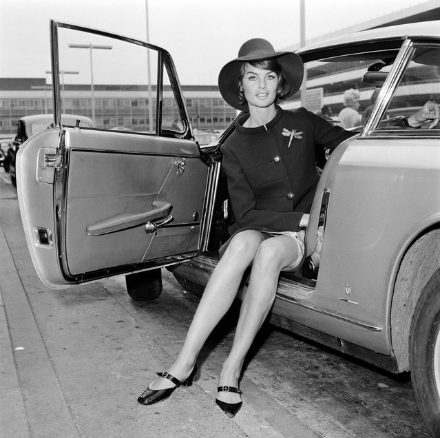 British model Jean Shrimpton at London Airport (now Heathrow), 5th June 1967. (Photo by Dove/Express/Getty Images)