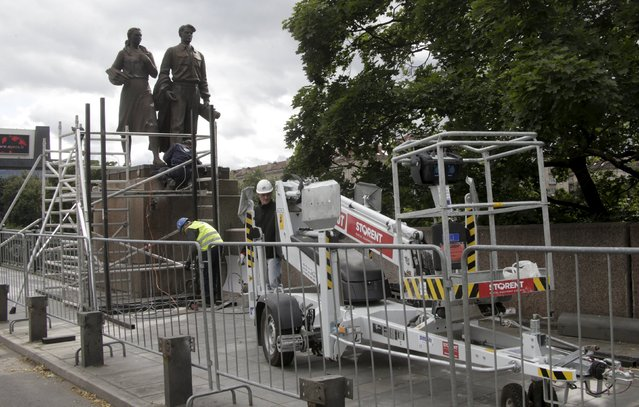 Workers prepare Soviet-time statues for dismantling in Vilnius, Lithuania, July 20, 2015. (Photo by Ints Kalnins/Reuters)