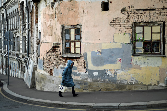A woman walks along a street in the old neighborhood east of the Kremlin known as Kitai-Gorod, which dates from the 1500s, in Moscow on November 21, 2019. (Photo by Kirill Kudryavtsev/AFP Photo)