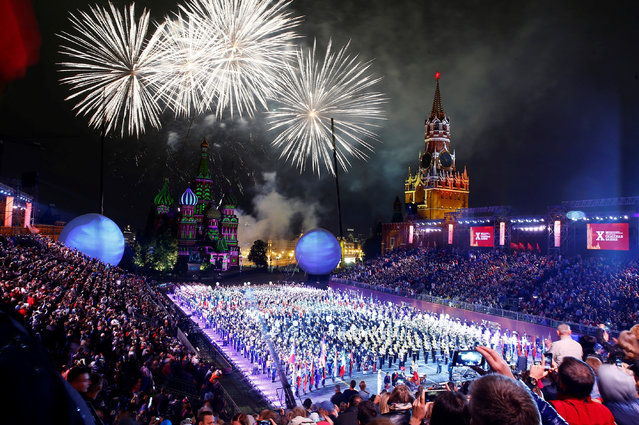Fireworks illuminate the sky during the closing of 2017 Spasskaya Tower international military music festival in Moscow, Russia on September 3, 2017. (Photo by Sefa Karacan/Anadolu Agency/Getty Images)