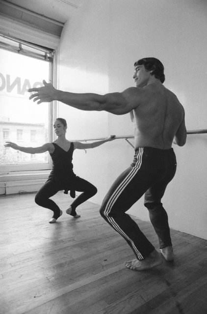 "Arnold Schwarzenegger takes a ballet lesson from dancer Marianne Claire during filming of ""Pumping Iron"", a documentary film about bodybuilding, in New York City, Monday, October 4, 1976. Schwarzenegger is a six-time Mr. Olympia, a title he held until 1975. (Photo by AP Photo)"