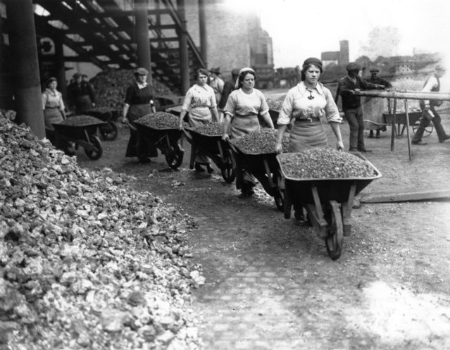 Women Navvies pushing loaded wheel barrows in Coventry during World War I, circa 1917. (Photo by Central Press)