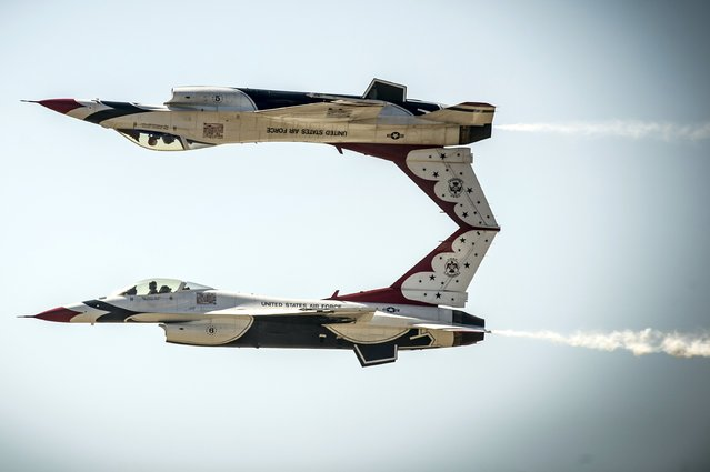 U.S. Air Force pilots with the Thunderbirds perform the calypso pass maneuver in F-16 Fighting Falcon aircraft during a practice session prior to the Gunfighter Skies air show at Mountain Home Air Force Base, Idaho, September 19 and released September 24, 2014. (Photo by Tech. Sgt. Manuel J. Martinez/Reuters/US Air Force)