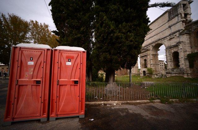A picture shows portable toilets near Porta Maggiore, on November 14, 2017 in Rome, Italy. (Photo by Filippo Monteforte/AFP Photo)