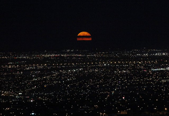 A supermoon rises over Ciudad Juarez September 9, 2014. The September full moon, also known as the Harvest Moon, is the last of this summer's three supermoons, and the final one of the year. (Photo by Jose Luis Gonzalez/Reuters)