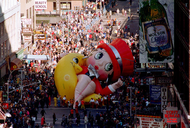 Betty Boop collapses on Broadway near 49th Street as handlers work to raise the deflated helium balloon during the Macy's Thanksgiving Day Parade in New York City, Thursday, November 27, 1986. (Photo by Ron Frehm/AP Photo)