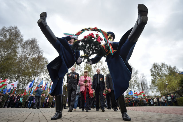 Honour guard soldiers lay flowers at the Chernobyl victims' memorial in Minsk on April 26, 2018. The world marks 32 years since the world's worst nuclear accident at Chernobyl killed thousands and forced a global rethink about the wisdom of relying on atomic fuel. (Photo by Sergei Gapon/AFP Photo)