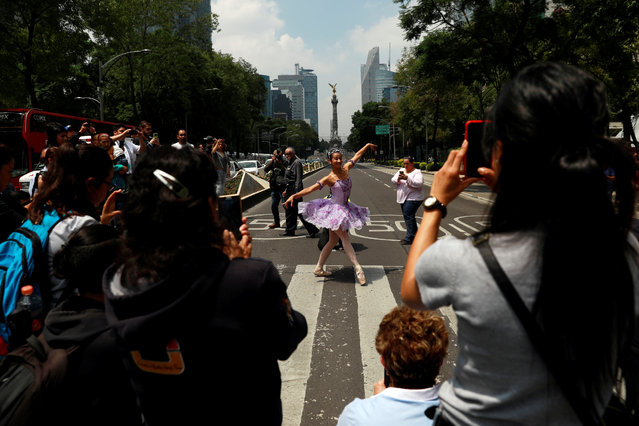 "The classical ballet company ""Ardentia"" performs in the streets of Mexico City on traffic lights, in an effort to highlight the city's fine arts in public spaces in Mexico, September 8, 2018. (Photo by Carlos Jasso/Reuters)"