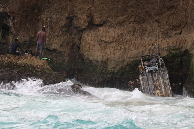 Dominican divers help to recover the wreckage of a car during the search for a rental car presumed to have crashed with U.S. citizens Portia Ravanelle and Orlando Moore, who were due to return to the U.S. on March 27, in Santo Domingo, Dominican Republic April 12, 2019. (Photo by Ricardo Rojas/Reuters)