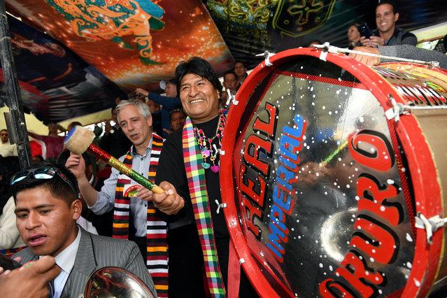 Bolivia's President Evo Morales (C) plays drums during the carnival parade in Oruro, Bolivia, February 25, 2017. (Photo by Reynaldo Zaconeta/Reuters/Courtesy of Bolivian Presidency)