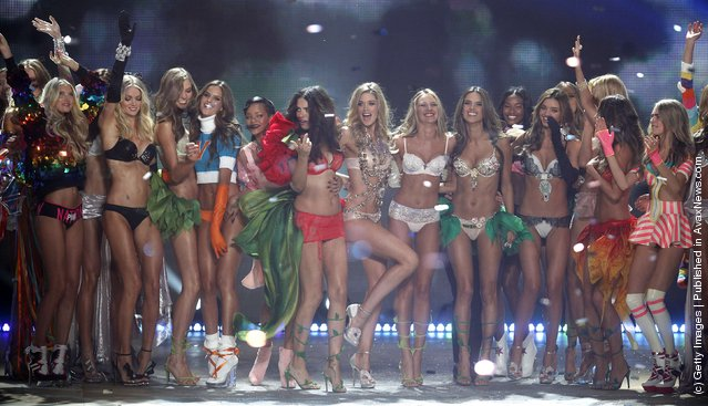 Singer Rihanna (7th L) poses with models during the Victoria's Secret Fashion Show in New York November 7, 2012. (Photo by Carlo Allegri/Reuters)