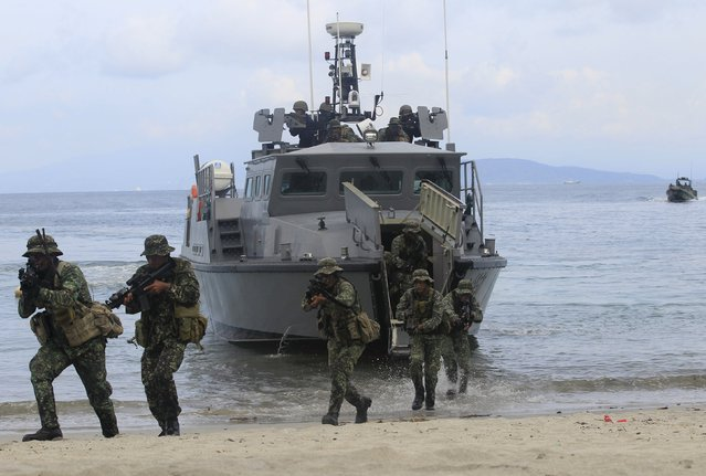 Members of the Philippine Marines move out of a Multi Purpose Attack Craft (MPAC) to rescue hostages from mock rebels during the Fleet-Marine Amphibious Exercise at the marine headquarter in Ternate, cavite city, south of Manila September 24, 2015. (Photo by Romeo Ranoco/Reuters)
