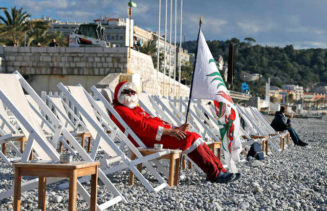 A man dressed as Santa Claus sits on the beach as he waits to take part in the traditional Christmas season swim in Nice, France, December 17, 2017. (Photo by Eric Gaillard/Reuters)