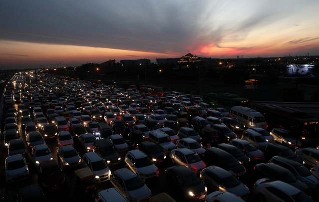Vehicles are trapped in a traffic jam on the Akshardham crossing National Highway-24 at New Delhi, India, 06 March 2018. According to reports, the Indian capital is struggling with severe air pollution levels mainly caused by vehicle emissions and crop burning in neighboring states. (Photo by Harish Tyagi/EPA/EFE)