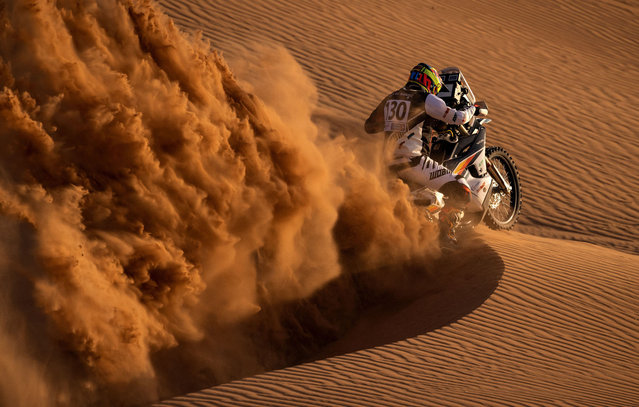 A participant tests his motorcycle ahead of the launch of the Rally of Morocco 2021, in the desert Zagora region, on October 7, 2021. The rally will be held from October 8 to 13, 2021. (Photo by Fadel Senna/AFP Photo)