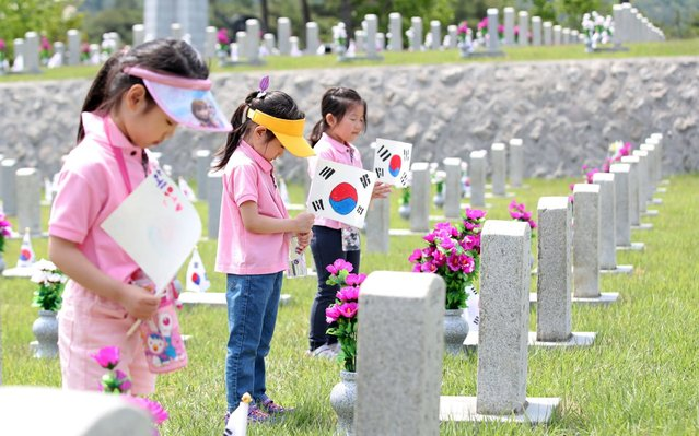 Kindergartners pay tribute to South Korean patriotic martyrs at the National Cemetery in Seoul, South Korea, 04 June 2019, two days ahead of Memorial Day. (Photo by Yonhap/EPA/EFE/Rex Features/Shutterstock)