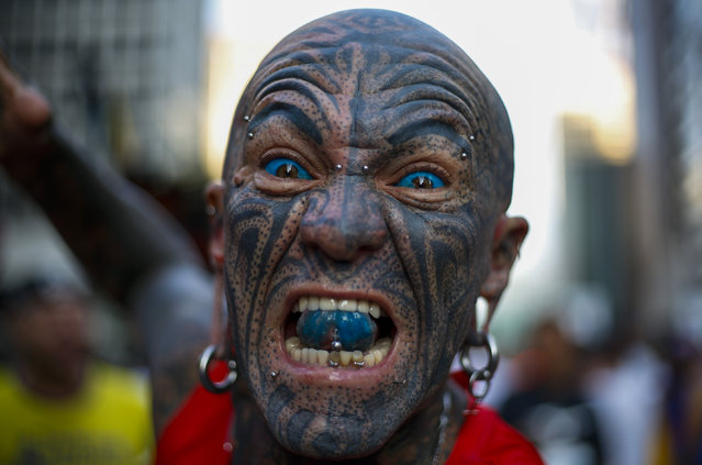 A tattooed runner gestures before the start of the 95rd 15-km Sao Silvestre international race in Sao Paulo, Brazil, on December 31, 2019. (Photo by Miguel Schincariol/AFP Photo)