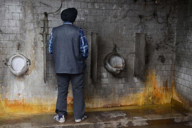 An Indian man uses a public toilet in Amritsar on November 15, 2017. (Photo by Narinder Nanu/AFP Photo)