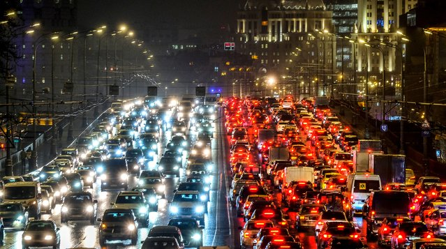 Cars slowly move along a bridge in traffic jam in central Moscow, Russia on December 11, 2018. (Photo by Yuri Kadobnov/AFP Photo)