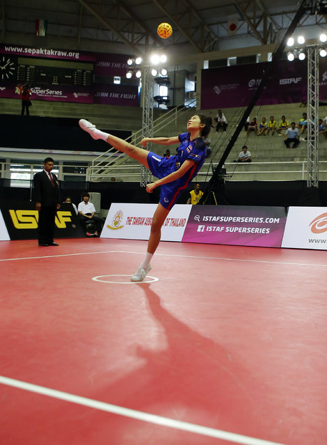 Sepak Takraw, ISTAF Super Series Finals Thailand 2014/2015, Nakhon Pathom Municipal Gymnasium, Huyjorake Maung, Nakonprathom, Thailand on October 21, 2015: Thailand's Nipaporn Salupphon servesafter the group stage match. (Photo by Asia Sports Ventures/Action Images via Reuters)