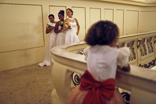 Brides from the Santa Marta slum pose for a photo before their group wedding in Rio de Janeiro December 17, 2014. (Photo by Pilar Olivares/Reuters)