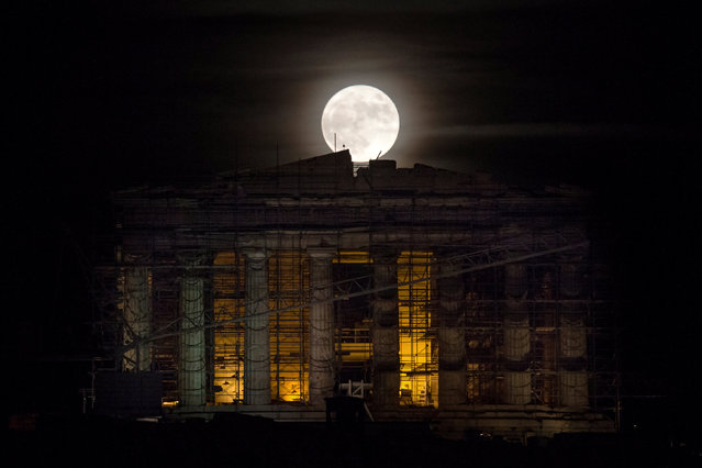 """A rising """"supermoon"""" is seen over the Parthenon temple atop the ancient Acropolis hill in Athens, Greece November 14, 2016. (Photo by Alkis Konstantinidis/Reuters)"""