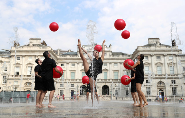 """Performers from Gandini Juggling rehearse their act """"Cascade"""" ahead of a festival of contemporary circus at Somerset House in London, Britain, July 26, 2018. (Photo by Simon Dawson/Reuters)"""