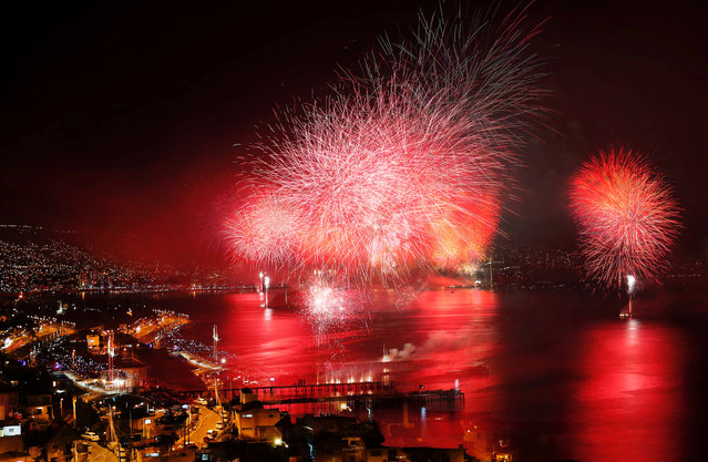 Fireworks explode during a pyrotechnic show to celebrate the new year in the coastal city of Valparaiso, Chile January 1, 2017. (Photo by Rodrigo Garrido/Reuters)