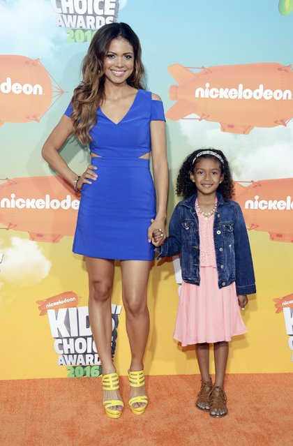 Actress Jennifer Freeman and daughter, Isabella, arrive at Nickelodeon's Kids' Choice Awards in Inglewood, California March 12, 2016. (Photo by Phil McCarten/Reuters)