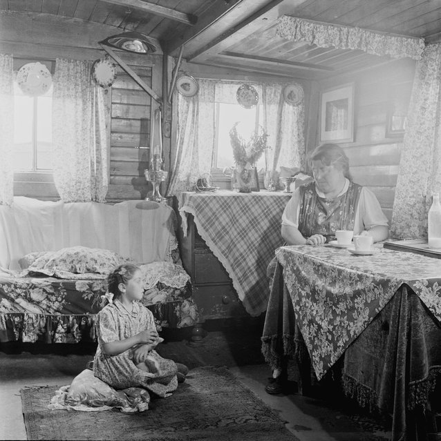 A Romany woman and girl in their caravan on an encampment at Corke's Meadow in Kent, July 1951. (Photo by Bert Hardy/Picture Post/Hulton Archive/Getty Images)
