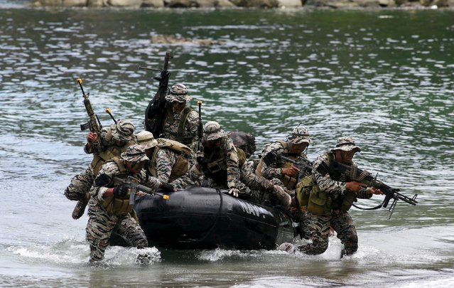 Members of the Naval Special Operations Group, an elite unit of the Philippine Marines, take their positions as they move out to rescue hostages from mock rebels during the Fleet-Marine Amphibious Exercise at the marine headquarter in Ternate, cavite city, south of Manila September 24, 2015. (Photo by Romeo Ranoco/Reuters)