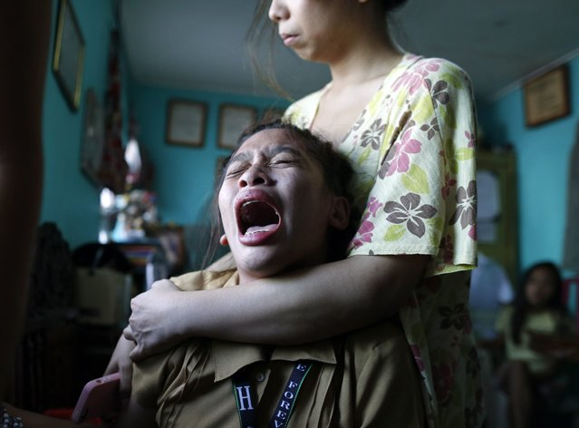 A picture made available on 31 August 2016 shows a Filipino girl in mourning following the death of her mother who was killed by alleged drug dealers suspecting her parents of giving information to police, who are likely involved in illegal drugs, in their village in Manila, Philippines, 30 August 2016. President Rodrigo Duterte is set to meet US President Barrack Obama on the sidelines of the East Asia Summit in Laos on September 06, and one of the agenda topics will be human rights concerns, according to White House Deputy National Security Adviser Ben Rhodes. (Photo by Francis R. Malasig/EPA)