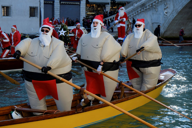 People dressed as Santa Claus row during a Christmas regatta in Venice, Italy December 17, 2017. (Photo by Manuel Silvestri/Reuters)