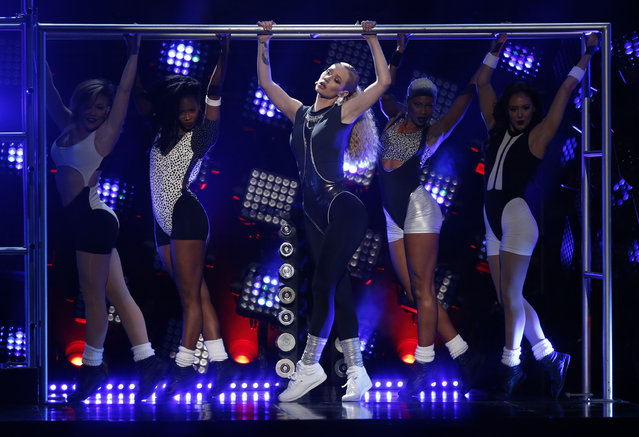 """Iggy Azalea performs """"Beg for It"""" during the 42nd American Music Awards in Los Angeles. (Photo by Mario Anzuoni/Reuters)"""