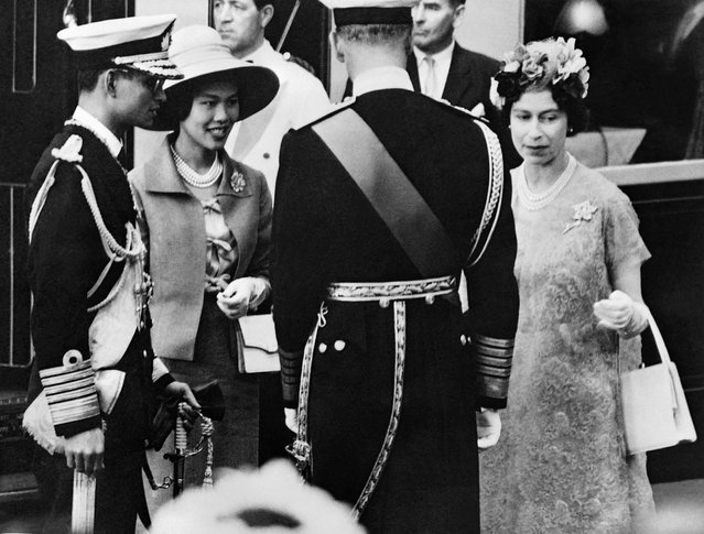 Sirikit of Siam (2L), the queen consort and Bhumibol Adulyadej (L), King (Rama IX) of Thailand,  are welkomed by Queen Elizabeth II and Philip, Duke of Edinburgh, upon their arrival in the United Kingdom, on July 1960 in London. (Photo by AFP Photo)