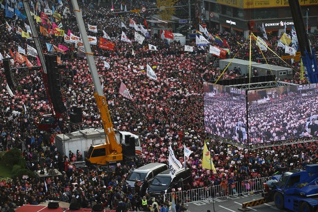South Koreans protest against President Park Geun-Hye  in Seoul on November 12, 2016. The protesters gathered to demand Park's resignation after she has issued a rare public apology November 4 after acknowledging close ties to Choi Sun-sil, who is in the center of a corruption scandal. (Photo by Jeon Heon-Kyun/AFP Photo)