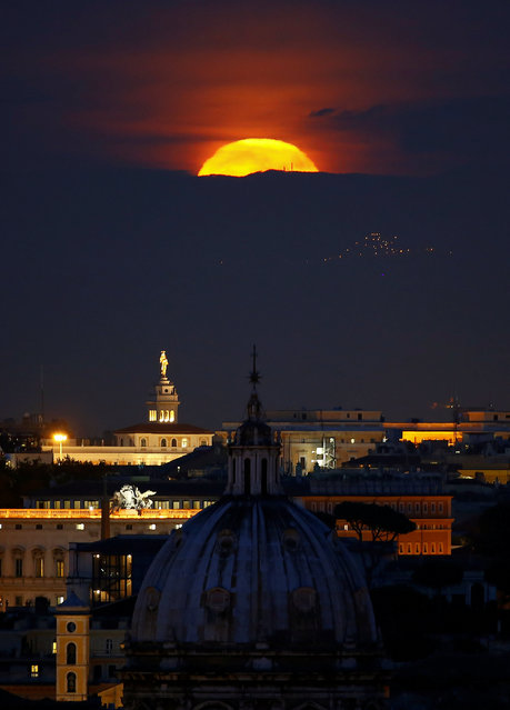 """The moon rises on the day of the """"supermoon"""" spectacle in Rome, Italy November 14, 2016. (Photo by Tony Gentile/Reuters)"""