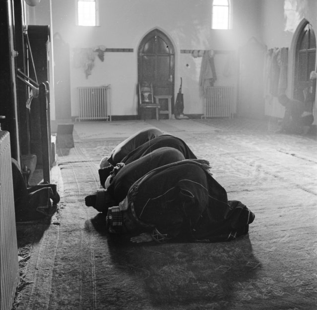 People kneeling in prayer, Cardiff, Wales, circa 1955. (Photo by Werner Rings/BIPs/Getty Images)