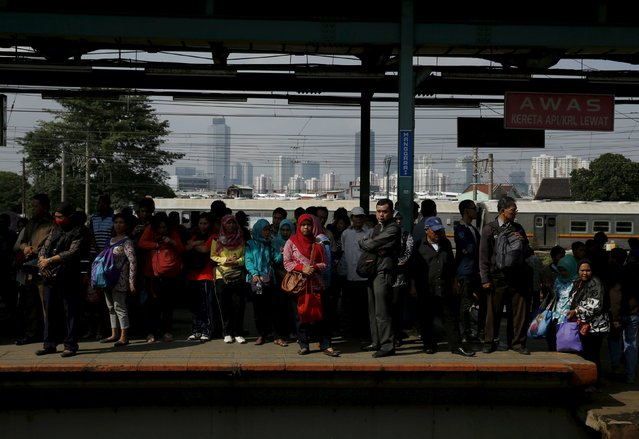 People wait for a commuter train at Manggarai train station in Jakarta, January 8, 2016. (Photo by Reuters/Beawiharta)