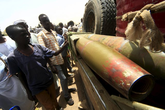 People gather to look at vehicles and weapons of the Justice and Equality Movement (JEM) rebels that were on display,  after victory celebrations by the Sudanese Armed Forces (SAF) and the Rapid Support Forces (RSF), in Niyala Capital of South Darfur, May 4, 2015. (Photo by Reuters/Stringer)