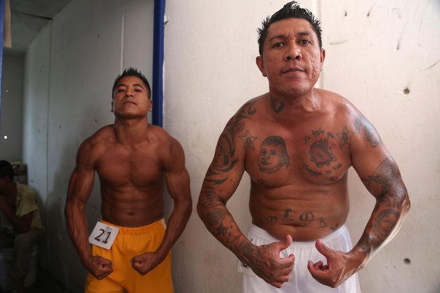 Inmates flex their muscles while posing for a picture during a bodybuilding contest at a prison in Atlacholoaya, Morelos state, Mexico, May 6, 2016. (Photo by Margarito Perez Retana/Reuters)