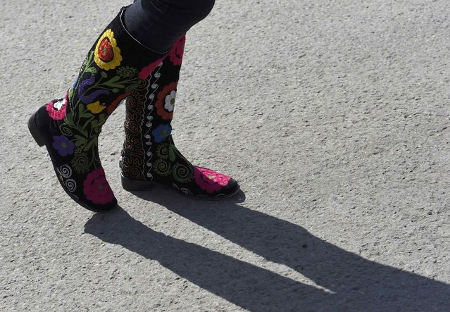 A visitor wears floral designed footwear at the Chelsea Flower Show in London, Britain, May 23, 2016. (Photo by Toby Melville/Reuters)