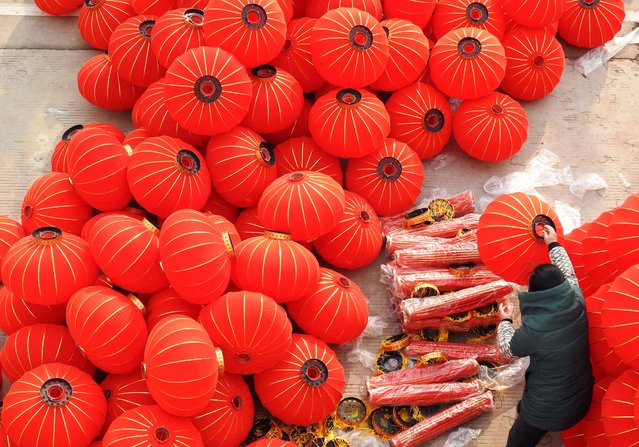 A worker makes red lanterns at a workshop ahead of Chinese Lunar New Year celebrations in Lianyungang, Jiangsu province, China on January 10, 2020. (Photo by Reuters/China Daily)