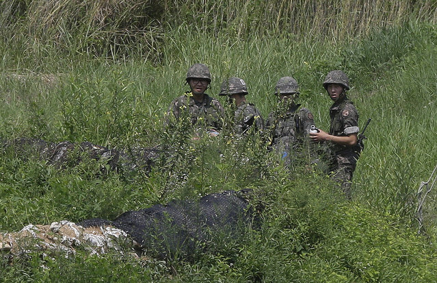South Korean amy soldiers conduct their military exercise in Yeoncheon, south of the demilitarized zone that divides the two Koreas, South Korea, Sunday, August 23, 2015. (Photo by Ahn Young-joon/AP Photo)