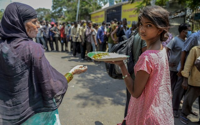 Homeless people receive free food offered by the Telangana state governement during a 21-day government-imposed nationwide lockdown as a preventive measure against the COVID-19 coronavirus in Hyderabad on March 26, 2020. (Photo by Noah Seelam/AFP Photo)