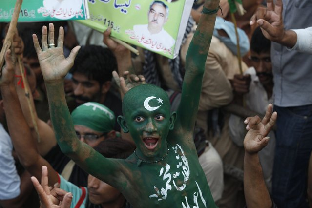 A supporter of Pakistan Muslim League-Nawaz (PML-N) party, his body painted in national flag colors, chants slogans with others as they participate in a pro-government rally in support of Prime Minister Nawaz Sharif in Lahore, August 25, 2014. (Photo by Mohsin Raza/Reuters)