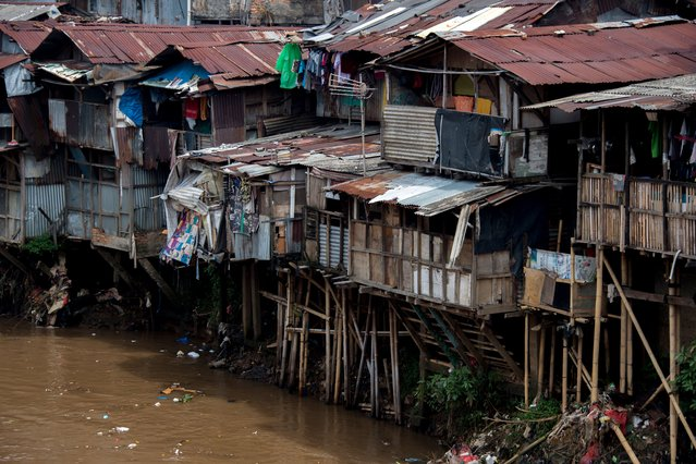 Shanty houses with hanging toilets, with waste that runs straight into the river below, are seen in downtown Jakarta, Indonesia on November 14, 2017. (Photo by Bay Ismoyo/AFP Photo)