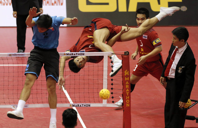 Sepak Takraw, ISTAF Super Series Finals Thailand 2014/2015, Nakhon Pathom Municipal Gymnasium, Huyjorake Maung, Nakonprathom, Thailand on October 21, 2015: Thailand's Thawisak Thongsai (C) in action against the Philippines during their group stage match. (Photo by Asia Sports Ventures/Action Images via Reuters)