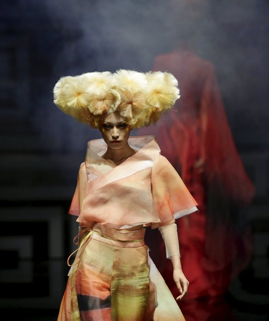 A model presents a creation by Chinese designer Mao Geping during a colorful cosmetic fashion trend collection at China Fashion Week S/S 2016, in Beijing, China, October 26, 2015. (Photo by Jason Lee/Reuters)