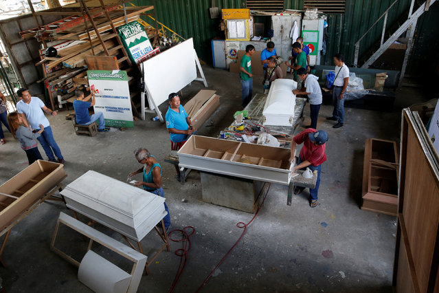 """Former drug users undergoing rehabilitation make coffins as part of a local government drug rehabilitation program for people involved with the drugs """"Shabu"""" (Methamphetamine Hydrochloride)  in Olongapo city, northern Philippines, October 5, 2016. (Photo by Erik De Castro/Reuters)"""